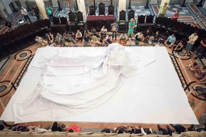 Michelle Moura | BIG Bang Boom | performance topográfica, 280 metros de papel | Museu do Café. Bienal Sesc de Dança, Santos, 2013 © Carolina Moraes
